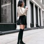 2021 Uzun Çizme Kombinleri Siyah Uzun Nubuk Çizme Siyah Kısa Kloş Etek Krem Salaş Kazak