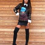 2021 Uzun Çizme Kombinleri Siyah Uzun Çorap Çizme Siyah Deri Kısa Etek Siyah Uzun Kol Gömlek