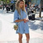 2020 Yazı İçin Muhteşem Gömlek Elbise Kombinleri Mavi Kısa Kot Elbise Beyaz Spor Ayakkabı