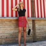 2021 Şık Bayan Kıyafet Kombinleri Kırmızı Kısa Deri Etek Siyah V Yakalı Kısa Kol Bluz Gold Topuklu Ayakkabı