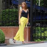 2021 Şık Bayan Kıyafet Kombinleri Sarı Bol Kumaş Pantolon Siyah Askılı V Yaka Bluz Siyah Topuklu Ayakkabı