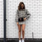 Bayanlar İçin Günlük Sokak Modası Kıyafet Kombinleri Gri Kısa Ekose Desenli Etek Uzun Kol Kısa Ceket Beyaz Spor Ayakkabı