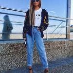 Bayanlar İçin Günlük Sokak Modası Kıyafet Kombinleri Mavi Mom Jeans Beyaz Baskılı Tişört Siyah Kısa Desenli Hırka Topuklu Ayakkabı