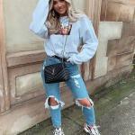 Bayanlar İçin Günlük Sokak Modası Kıyafet Kombinleri Mavi Yırtık Kot Pantolon Uzun Kol Baskılı Sweatshirt Beyaz Desenli Spor Ayakkabı