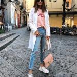 Bayanlar İçin Günlük Sokak Modası Kıyafet Kombinleri Mavi Yırtık Kot Pantolon Yavruağzı Bluz Beyaz Uzun Ceket Spor Ayakkabı