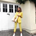 Bayanlar İçin Günlük Sokak Modası Kıyafet Kombinleri Sarı Kalem Pantolon Beyaz Büstiyer Sarı Uzun Ceket Beyaz Spor Ayakkabı