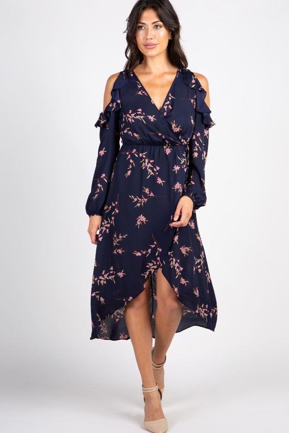 2020 Yazlık Elbise Modelleri Lacivert Uzun V Yakalı Uzun Kol Omuz Dekolteli Çiçek Desenli Krem Topuklu Ayakkabı