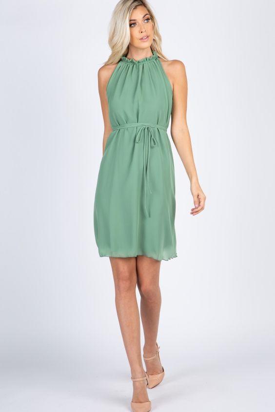 2020 Yazlık Elbise Modelleri Yeşil Kısa Kolsuz Büzgülü Yaka Belden Kumaş Bağcıklı Kemer Krem Topuklu Ayakkabı