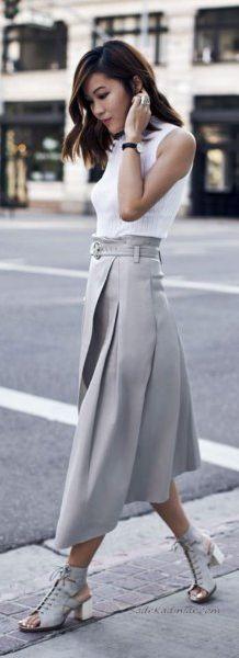 Gri Pileli Etek Kombinleri Gri Pileli Uzun Etek Beyaz Kolsuz Bluz