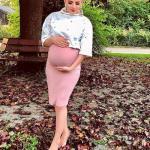 Hamile Kombinleri İçin Kıyafet Önerileri Gül Kurusu Kalem Etek ve Metalik Renk Bluz