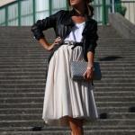 2020 Dizaltı Midi Etek Kombinleri Krem Midi Kloş Etek Beyaz Bluz Siyah Kısa Deri Ceket Stiletto Ayakkabı
