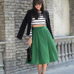 2020 Dizaltı Midi Etek Kombinleri Yeşil Midi Kalın Pileli Etek Beyaz Çizgili Bluz Siyah Ceket Topuklu Ayakkabı