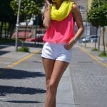 Bayanlar İçin Yazlık Kombinler Beyaz Kısa Şort Neon Pembe Askılı Bluz Yeşil Stiletto Ayakkabı