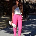 Bayanlar İçin Yazlık Kombinler Pembe Cepli Kumaş Pantolon Beyaz Tek Askılı Bluz Gri Desenli Stiletto Ayakkabı