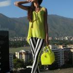 Bayanlar İçin Yazlık Kombinler Siyah Çizgili Pantolon Neon Sarı Askılı Bluz Siyah Stiletto Ayakkabı