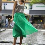 Bayanlar İçin Yazlık Kombinler Yeşil Midi Pileli Etek Gri Kolsuz Bluz Turuncu Stiletto Ayakkabı