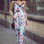 Çiçek Desenli Bayan Tulum Modelleri Beyaz Askılı Dantelli V Yakalı Çiçek Desenli Siyah Babet Ayakkabı