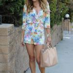 Çiçek Desenli Bayan Tulum Modelleri Beyaz Uzun Kol V Yakalı Çiçek Desenli Krem Topuklu Ayakkabı