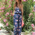 Çiçek Desenli Bayan Tulum Modelleri Lacivert Askılı Kolsuz V Yakalı Çiçek Desenli