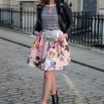 2019 İlkbahar Kombinleri Beyaz Kısa Kloş Çiçekli Etek Siyah Çizgili Bluz Kısa Deri Ceket Kısa Topuklu Bot