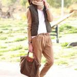 2019 İlkbahar Kombinleri Kahverengi Bol Pantolon Beyaz Bluz Yeşil Yelek Kahverengi Bağcıklı Ayakkabı