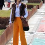 2019 İlkbahar Kombinleri Sarı Bol Paça Pantolon Beyaz Gömlek Kahverengi Yelek
