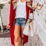 2020 İlkbahar Yaz Kombinleri Mavi Kısa Kot Şort Beyaz V Yaka Bluz Kırmızı Uzun Hırka Krem Babet Ayakkabı