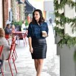 2020 Ekose Gömlek Kombinleri Siyah Kısa Deri Etek Lacivert Uzun Kol Ekose Desenli Gömlek Kahverengi Leopar Desenli Ayakkabı