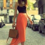 2019 Turuncu Kıyafet Kombinleri Turuncu Ön Kısa Arka Uzun Pileli Etek Siyah Askılı Bluz Topuklu Ayakkabı