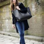 2021 Çanta Kombinleri Lacivert Kot Pantolon Gri Bluz Siyah Uzun Ceket Gri Nubuk Topuklu Bot Siyah Büyük Omuz Çantası
