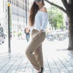 2020 Şalvar Pantolon Kombinleri Vizon Cepli Pantolon Beyaz Uzun Kollu Omuz Dekolteli Bluz Siyah Babet Ayakkabı