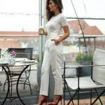 2019 Şık Kombin Önerileri Beyaz Cepli Kalem Pantolon Kısa Kollu Tişört Kırmızı Stiletto Ayakkabı