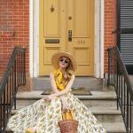2019 Şık Kombin Önerileri Beyaz Uzun Kloş Desenli Etek Sarı Kolsuz Gömlek Sarı Stiletto Ayakkabı