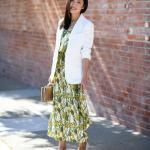 2019 Şık Kombin Önerileri Yeşil Uzun Desenli Elbise Beyaz Ceket Stiletto Ayakkabı
