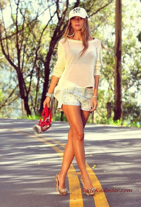 2019 Şort Kombinleri Beyaz Kısa Şort Beyaz Şifon Gömlek Gri Desenli Topuklu Ayakkabı