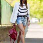 2019 Şort Kombinleri Mavi Kısa Kot Şort Beyaz Çizgili Bluz Beyaz Ceket Kırmızı Stiletto Ayakkabı
