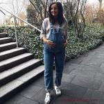 2019 Hamile Kıyafetleri Mavi Slopet Kot Tulum Gri Uzun Kollu Bluz Beyaz Spor Ayakkabı