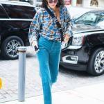 2019 Kendall Jenner Günlük Kombinler Mavi Kot Pantolon Ekose Desenli Uzun Kol Gömlek Siyah Deri Topuklu Bot