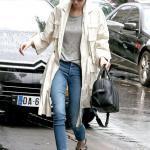 2019 Kendall Jenner Günlük Kombinler Mavi Kot Pantolon Gri Bluz Krem Uzun Trençkot Gri Babet Ayakkabı