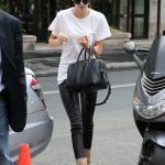 2019 Kendall Jenner Günlük Kombinler Siyah Deri Pantolon Beyaz Kısa Kollu Tişört Krem Nubuk Topuklu Bot
