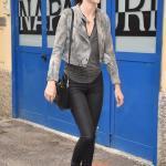 2019 Kendall Jenner Günlük Kombinler Siyah Skinny Jean Gri V Yaka Bluz Kısa Kot Ceket Siyah Deri Bot