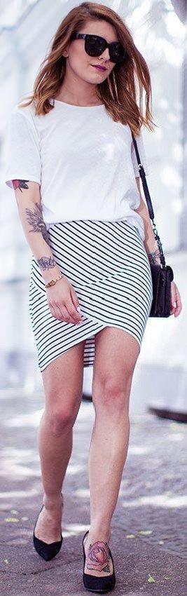 2020 Yaz Kombinleri Siyah Kısa Asimetrik Kesim Çizgili Etek Beyaz Kısa Kollu Bluz Siyah Stiletto Ayakkabı