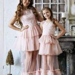 2020 Anne Kız Kıyafet Kombinleri Pudra Uzun Tül Etekli Kolsuz İşlemeli Elbise