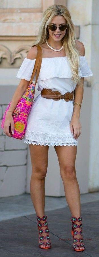 2019 Yazlık Kombinler Beyaz Mini Straplez Fırfırlı Yaka Kemerli Elbise Lacivert Topuklu Ayakkabı Pembe Desenli Omuz Çantası