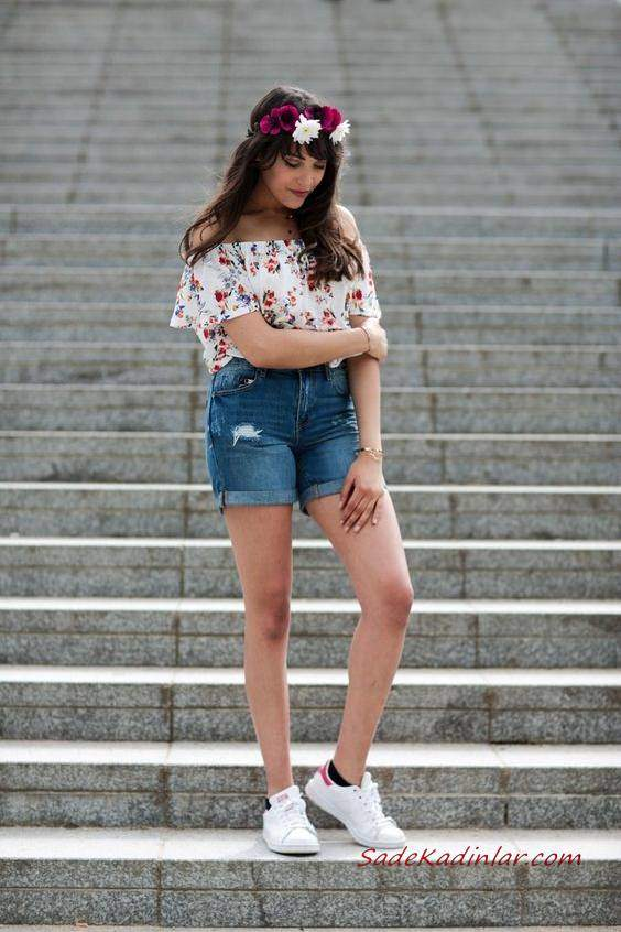 2020 Yazlık Kombinler Lacviert Kısa Kot Şort Krem Straplez Desenli Bluz Beyaz Spor Ayakkabı
