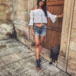 2019 Yazlık Kombinler Mavi Kısa Kot Şort Beyaz Omzu Açık Düşük Kol Desenli Büstiyer Lacivert Stiletto Ayakkabı
