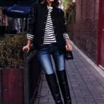 2020 En Trend Kış Kombinleri Mavi Kot Pantolon Siyah Çizgili Bluz Uzun Ceket Deri Topuklu Çizme