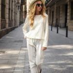 2020 Beyaz Kıyafet Kombinleri Beyaz Cepli Pantolon Kazak Kahverengi Sandalet Ayakkabı