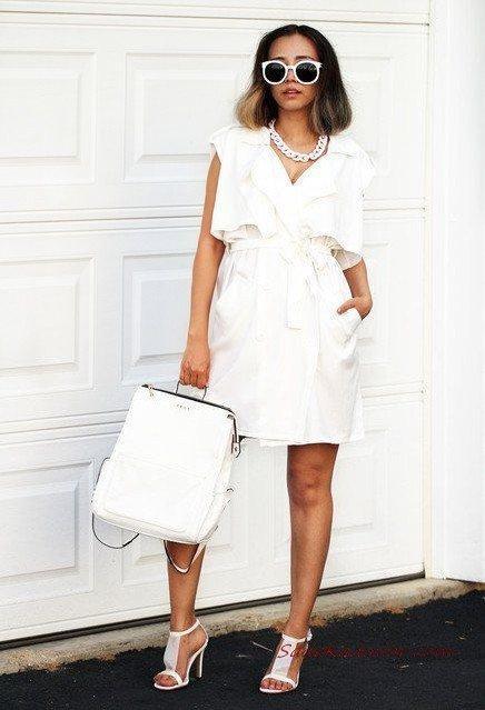 2020 Beyaz Kıyafet Kombinleri Beyaz Mini Kolsuz Cepli Kruvaze Yaka Elbise Topuklu Ayakkabı El Çantası