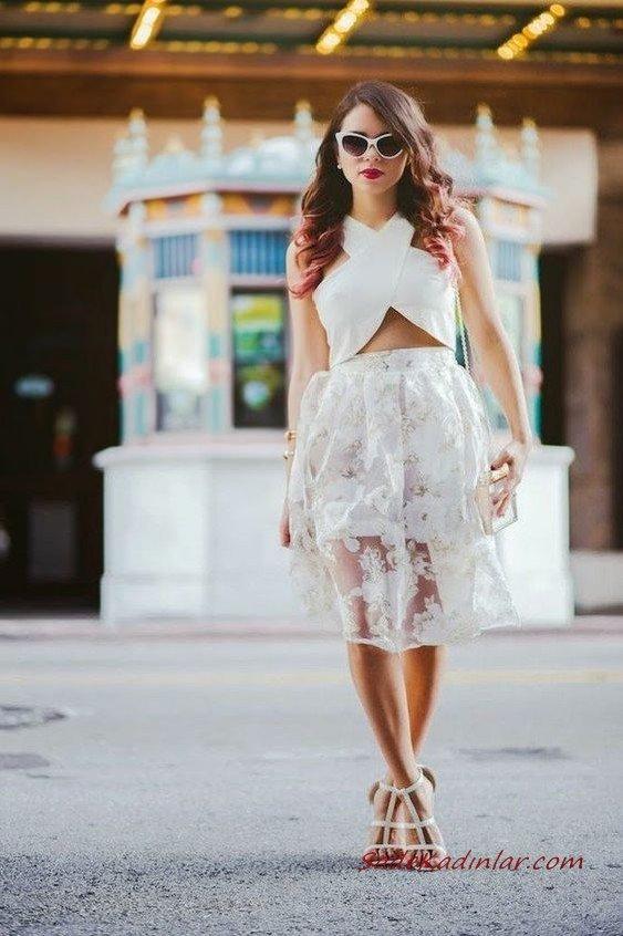 2020 Beyaz Kıyafet Kombinleri Beyaz Dizboyu Dantel Etek Çapraz Bantlı Büstiyer Topuklu Ayakkabı Omuz Çantası